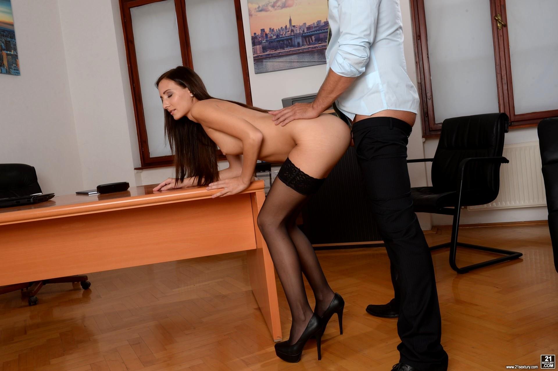 Русская брюнетка в миниюбке в офисе порно — pic 9
