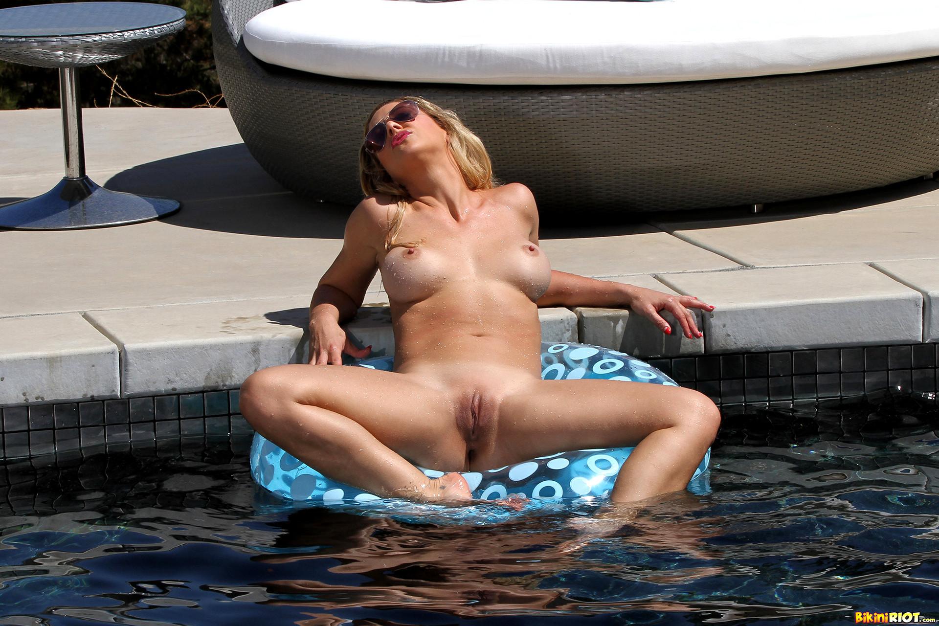 hot bikini babes pics