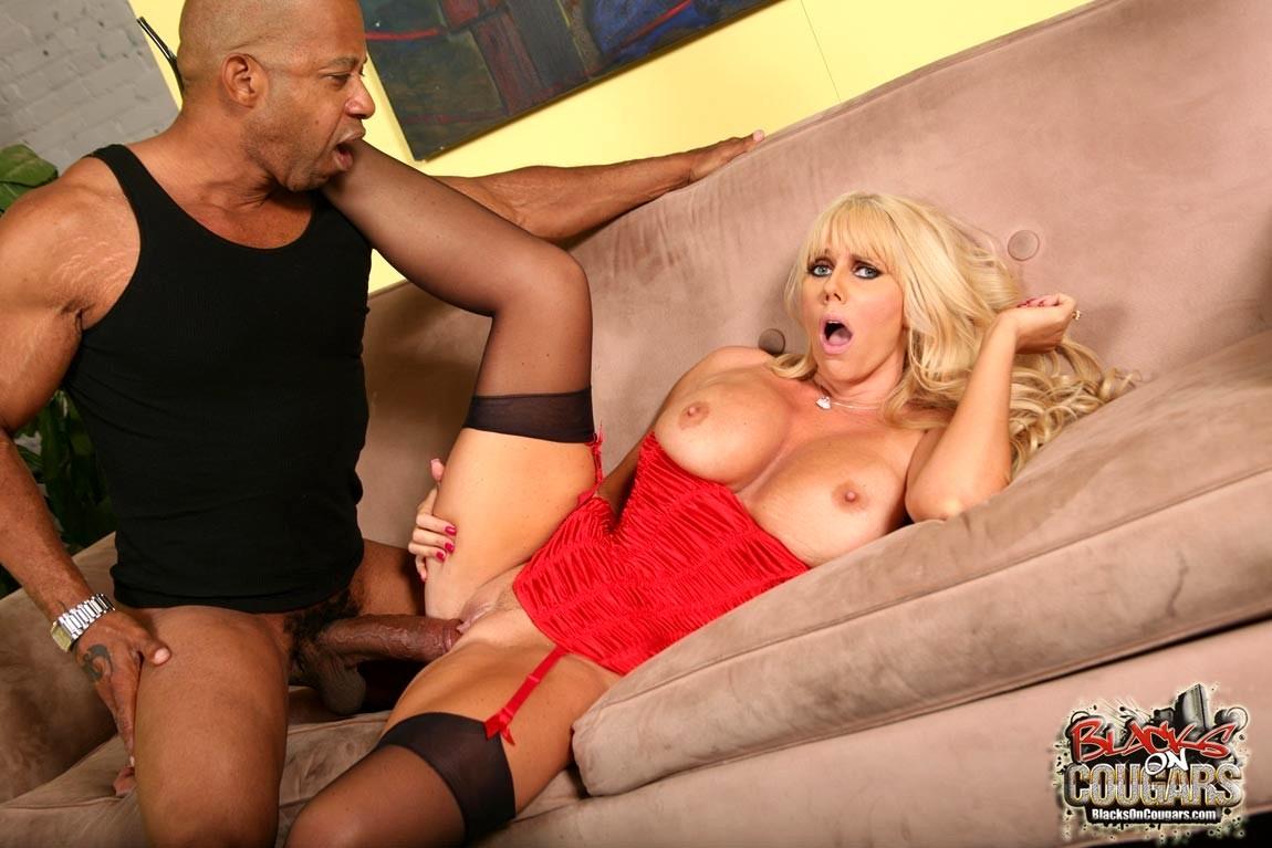 порно блондинка в чулках ебется с негром родильный