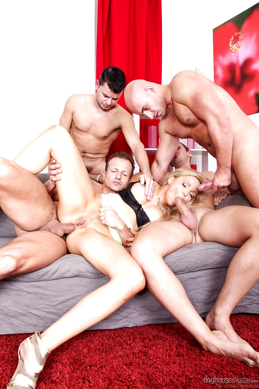 Ногастые жопы семь мужиков трахает девушку