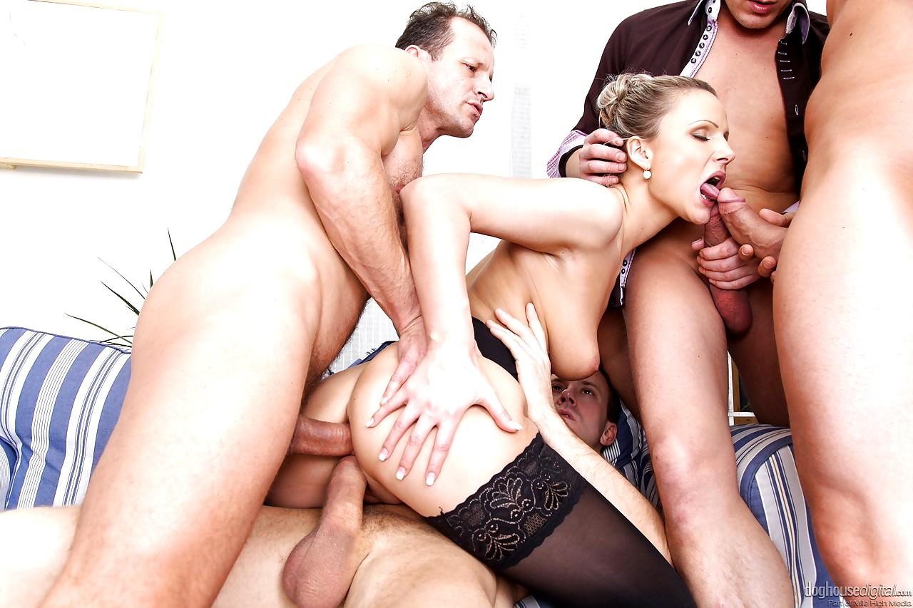 Смотреть порно груповуху в чулках, Групповуха в HD качестве! Отменное групповое порно 26 фотография
