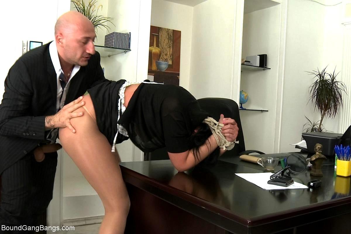 Директор трахает скрытая онлайн, женщина в мужском туалете видео