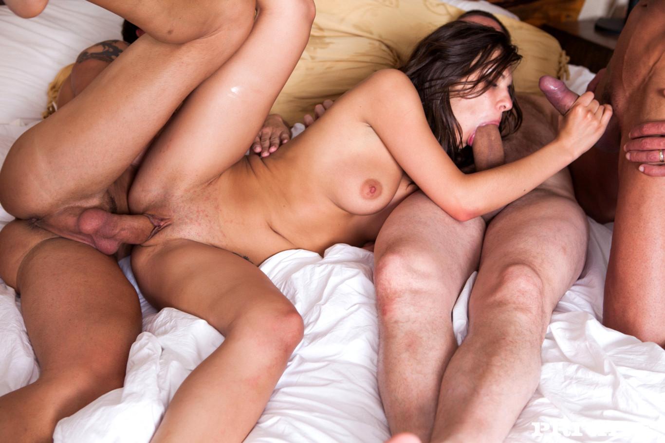 Молодые голые жены любят трахаться в групповухах