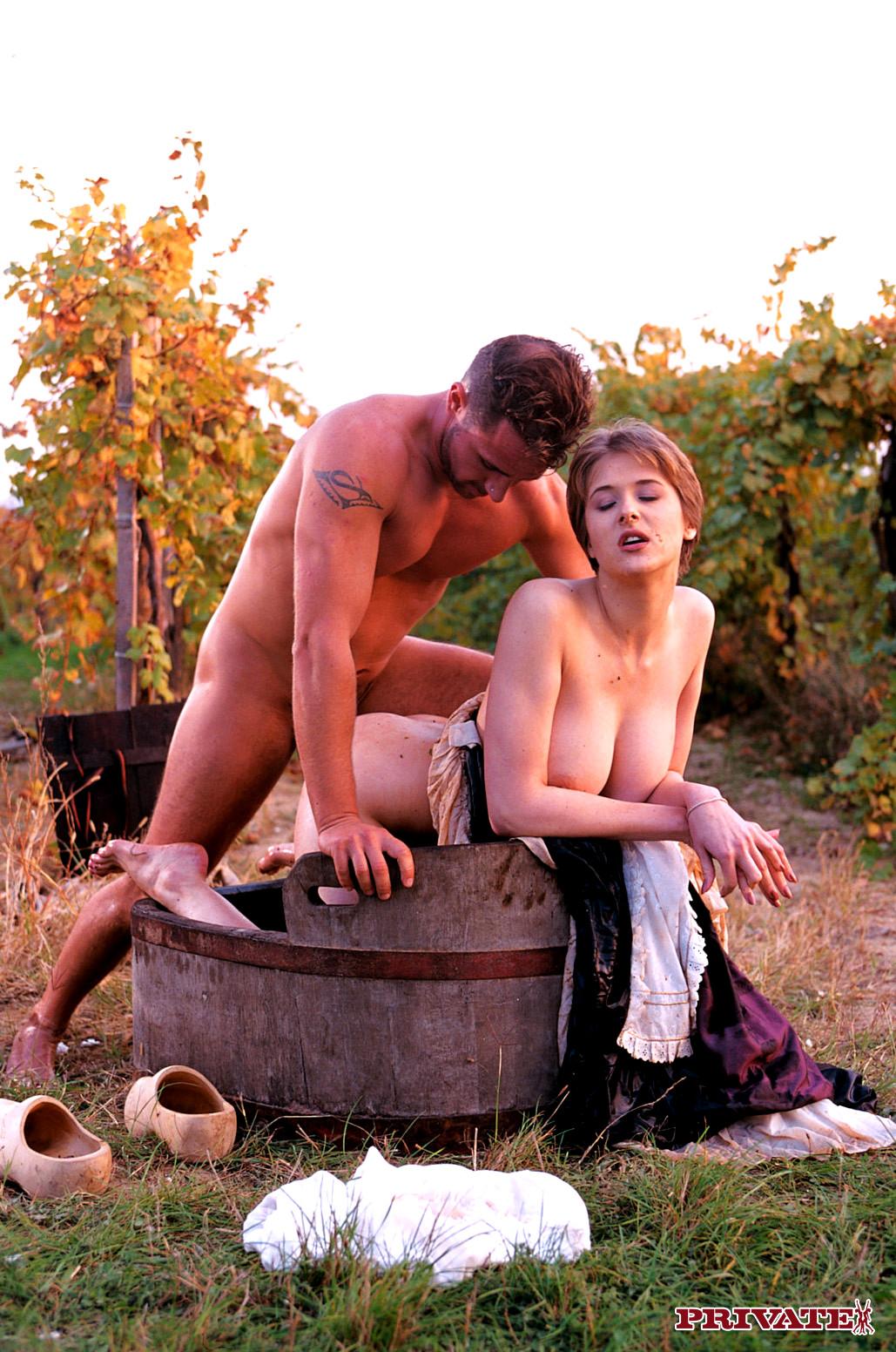 Смешные секс по русский в деревне, стриптизерша сует себе шарики в пизду