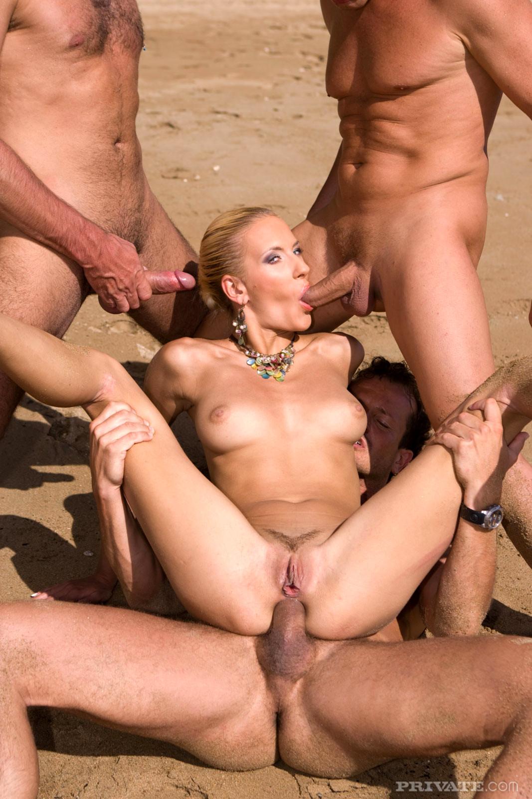 Порно толпой на пляже — 8