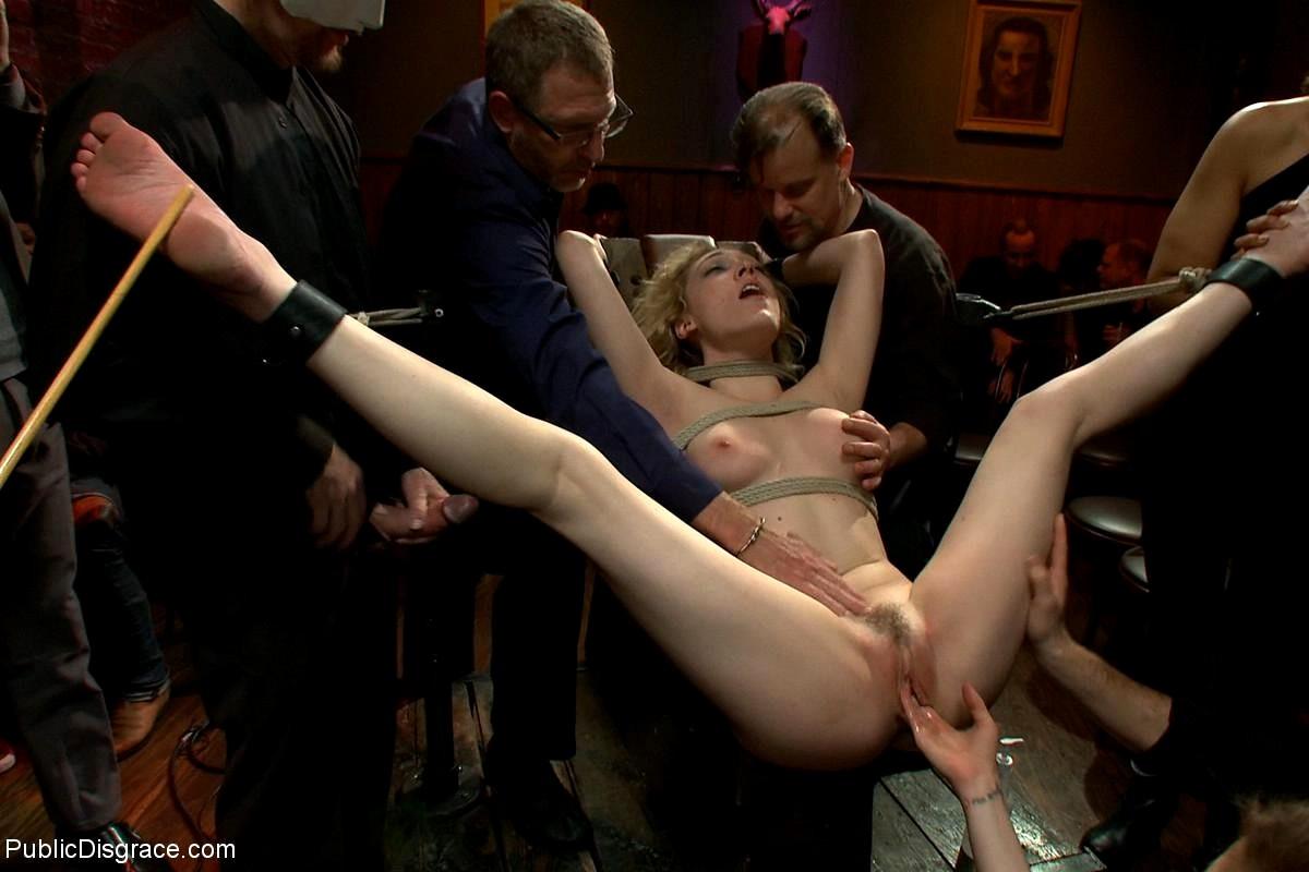 смотреть жесткое порно в стиле садо мазо на публике вставляет руку пизду