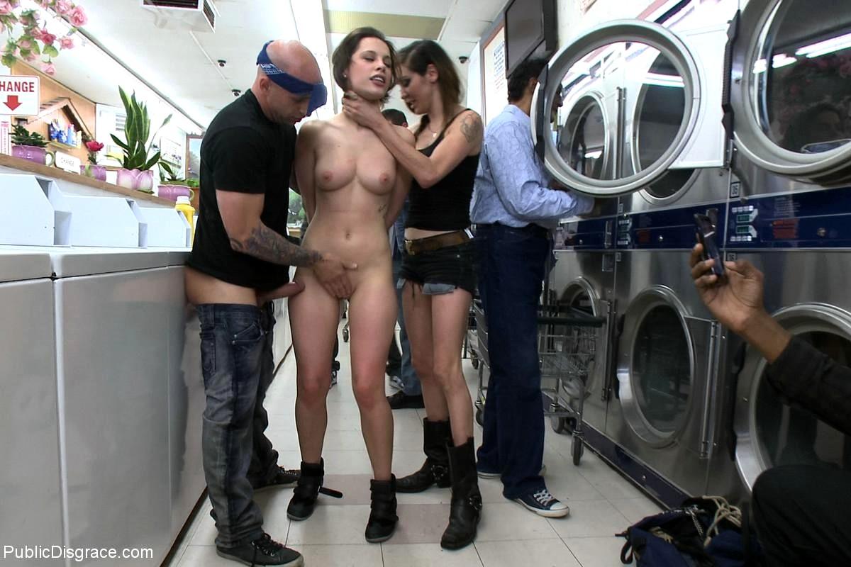 Ролики с publicdisgrace, Видеозаписи Public Disgrace Porno - Привселюдное 28 фотография
