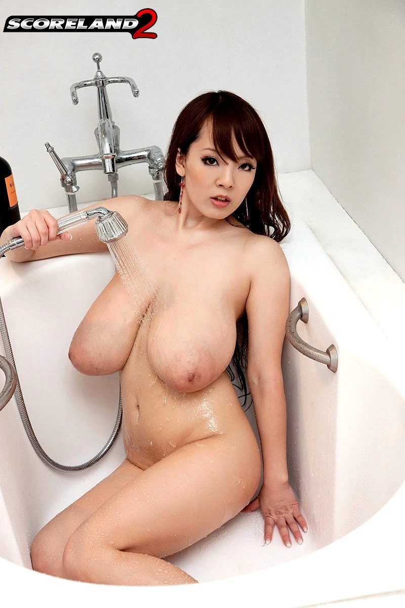 сисястая азиатка в ванной - 11