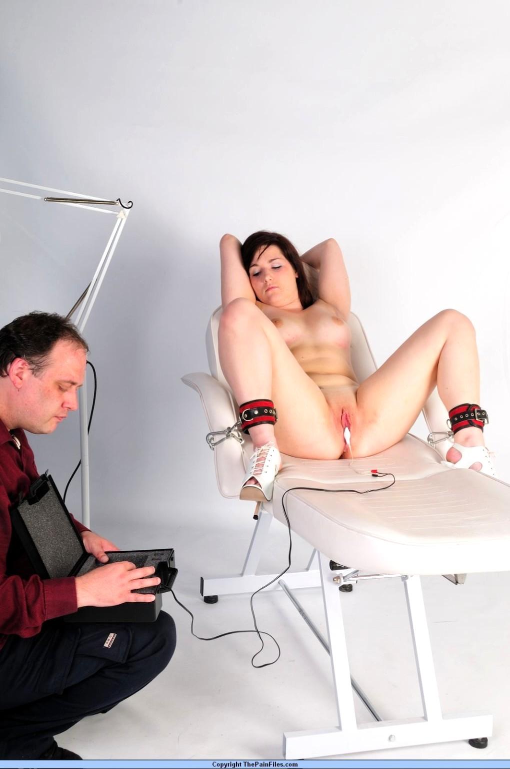 Бдсм врачи порно, телка достает ногами до жопы своей