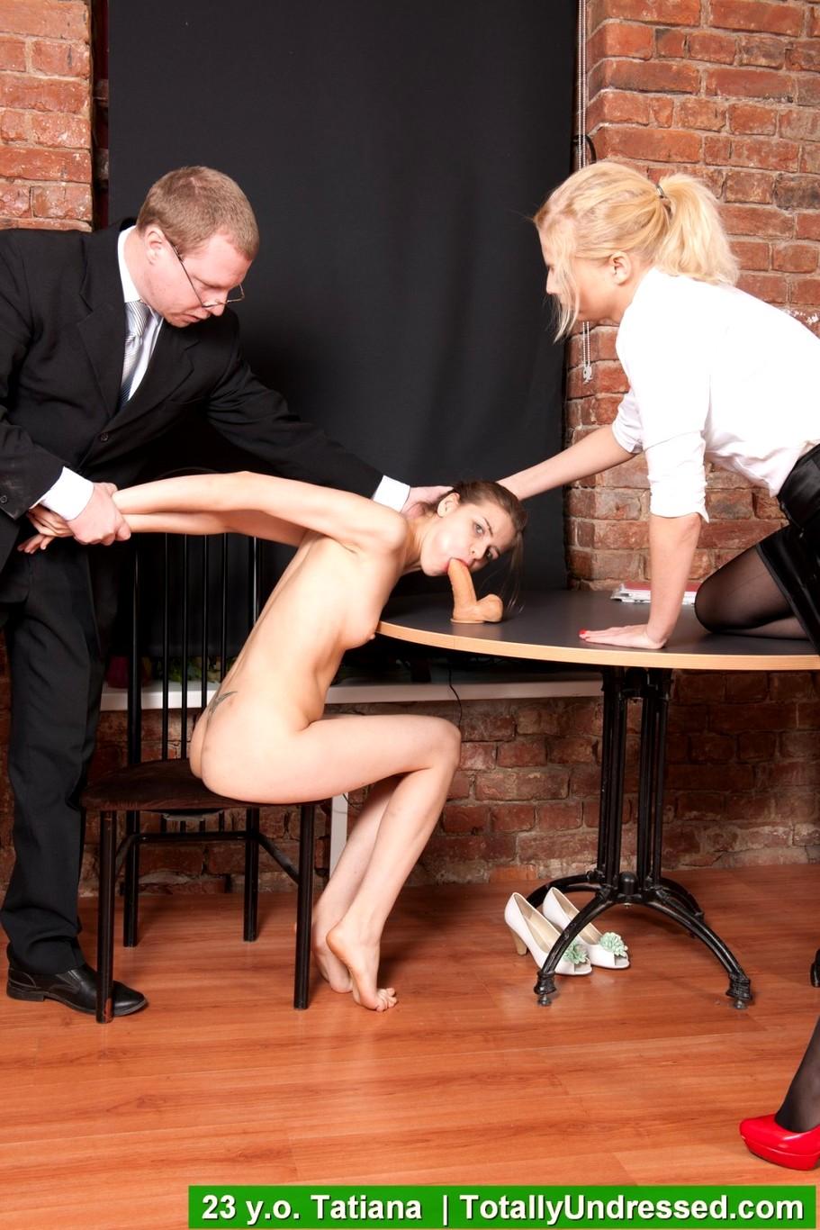 Русская начальница трахает секретаршу страпоном бы, как